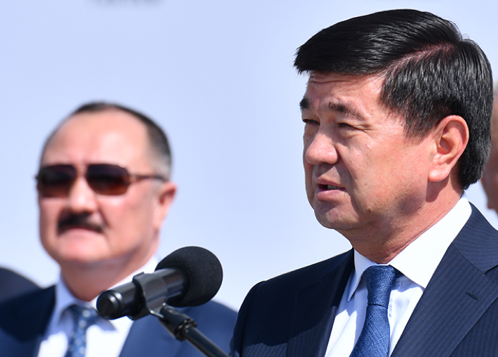 На фото: Премьер-министр Абылгазиев М.Д. и Д.И. Ирсалиев